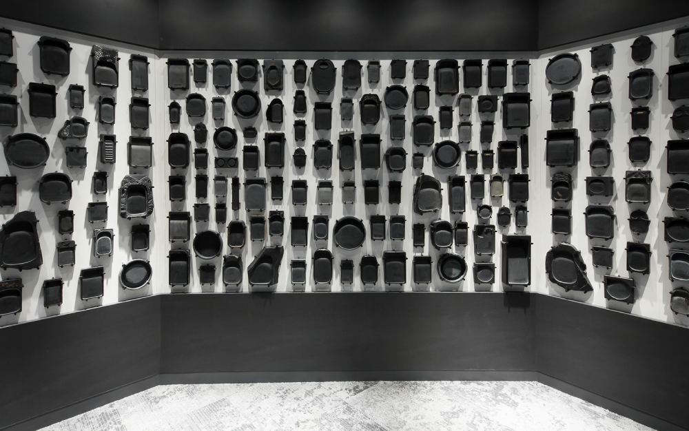 多様な形状をした200 の硯が空間を覆う。 撮影者:土田有里子